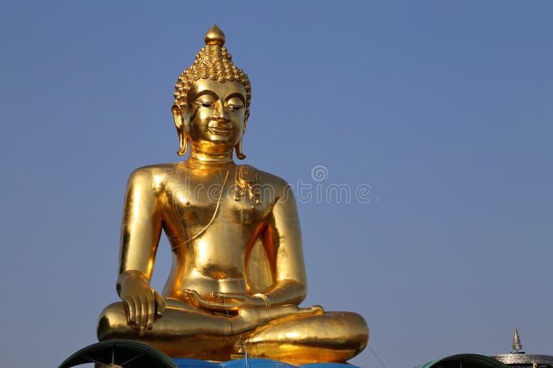 菩萨雕塑在金黄三角旅游业里在清莱,泰国 免版税库存图片