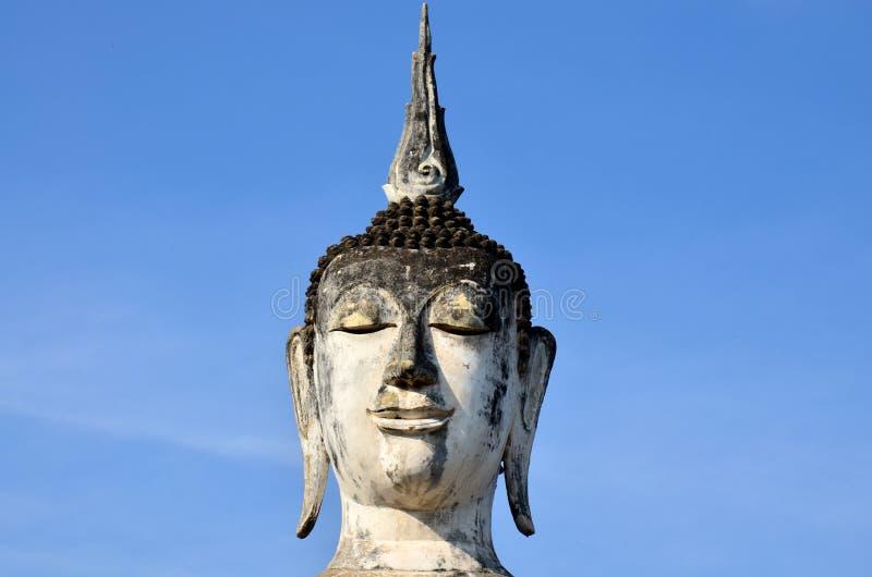 菩萨雕象和古老大厦在Sukhothai古镇  免版税库存照片