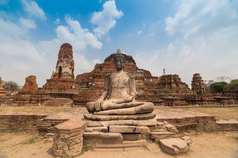 菩萨雕象和古老废墟 免版税图库摄影