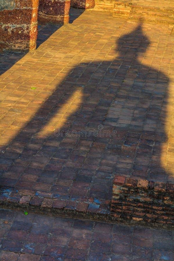 菩萨雕象的阴影在Sukhothai历史公园的 库存照片