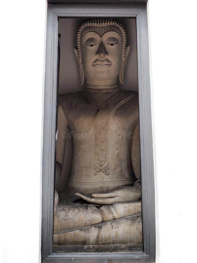 菩萨雕象通过古庙的入口看 库存照片