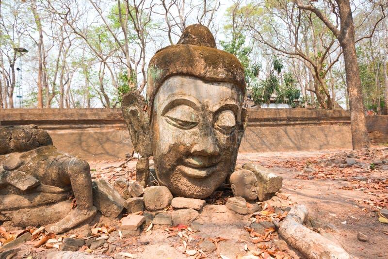 菩萨雕象头在Wat的Umong森林里 免版税库存照片
