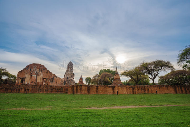 菩萨Wat Ratcha Burana雕象和塔废墟在Ayutt 库存照片
