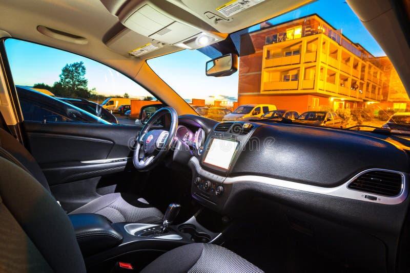 菲亚特Freemont SUV汽车内部  免版税图库摄影
