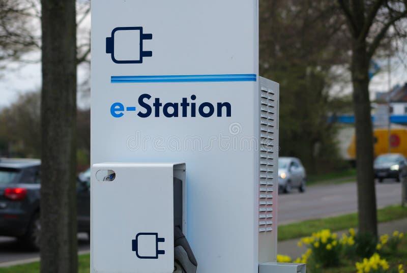 菲尔森,德国- 3月27 2019年:关闭黄色郁金香围拢的电车的充电站 免版税库存图片