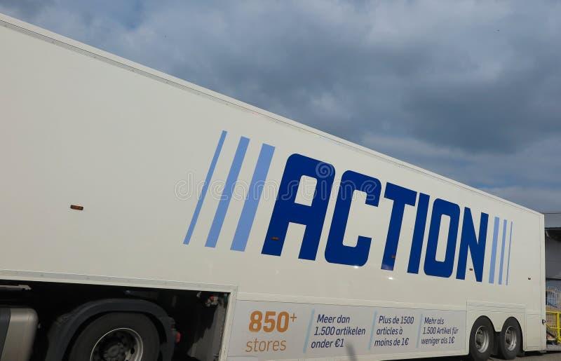 菲尔森,德国- 3月27 2019年:在卡车拖车的看法有行动,一位国际非食物廉价经营者蓝色商标的  免版税库存照片