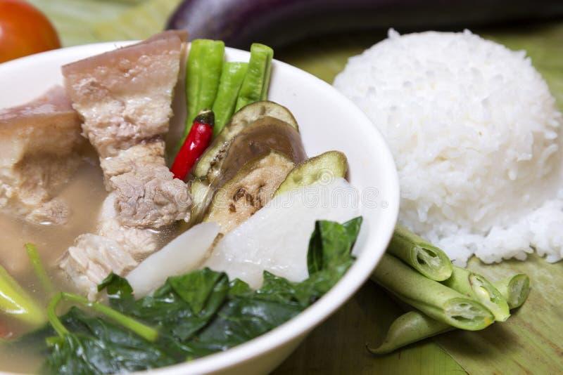 菲律宾传统盘:Sinagang与菜和米的猪肉汤 免版税库存图片