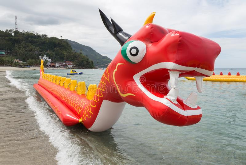 菲律宾加莱拉港白沙滩上的充气红龙浮艇 免版税库存图片