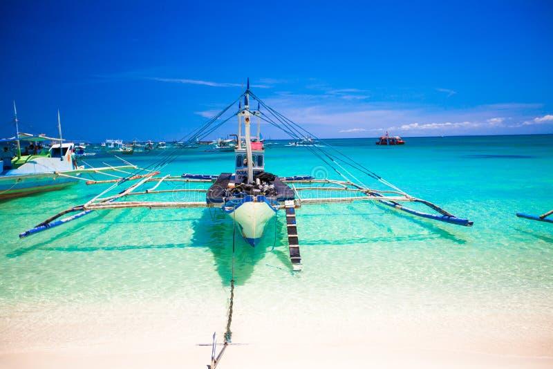 菲律宾小船在绿松石海,博拉凯, 免版税库存照片