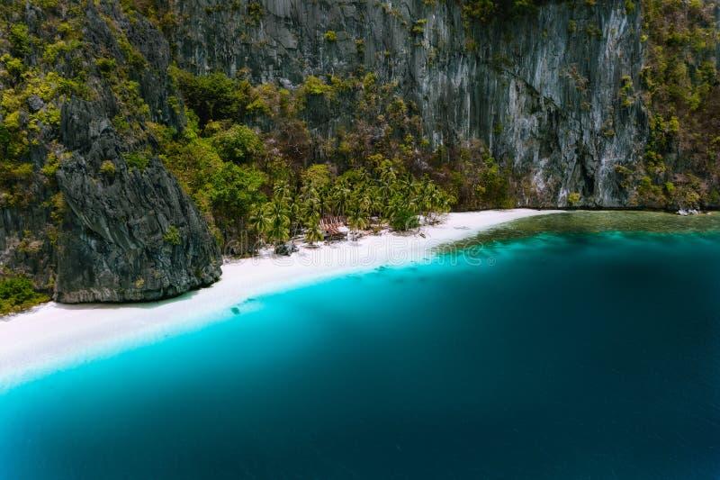 菲律宾巴拉望 空中无人机俯瞰皮纳布尤坦岛孤独热带小屋 神奇的白沙 免版税库存图片