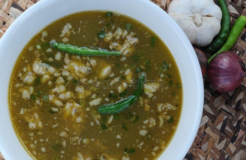从菲律宾的食物, Papaitan (牛肉内脏汤盘) 免版税库存照片