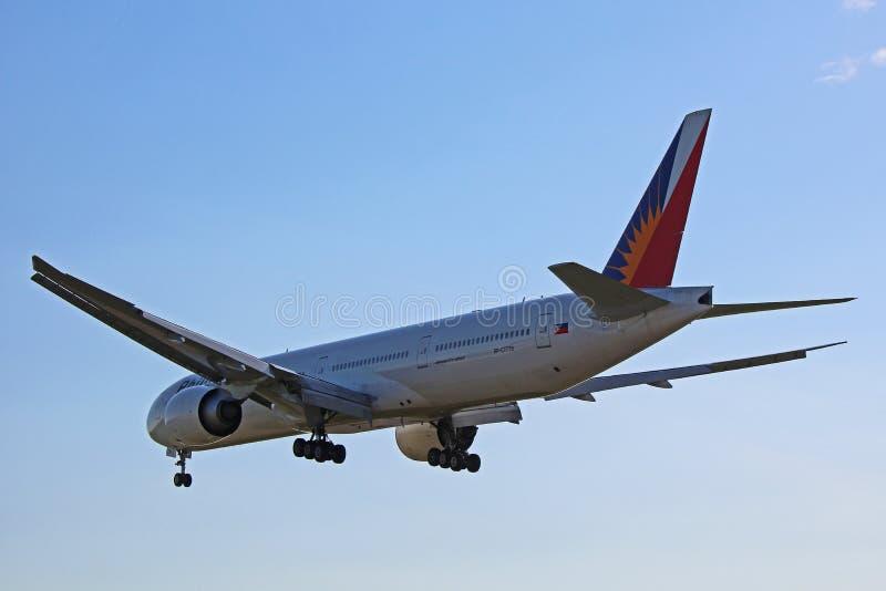 菲律宾航空波音777-300ER在着陆前通过  免版税库存照片