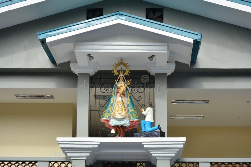 菲律宾马尼拉的Colegio de San Juan Letran大楼正面设有玛丽雕像 免版税图库摄影