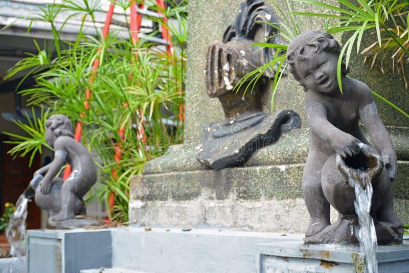 菲律宾马尼拉Colegio de San Juan Letran喷泉雕像 免版税库存图片
