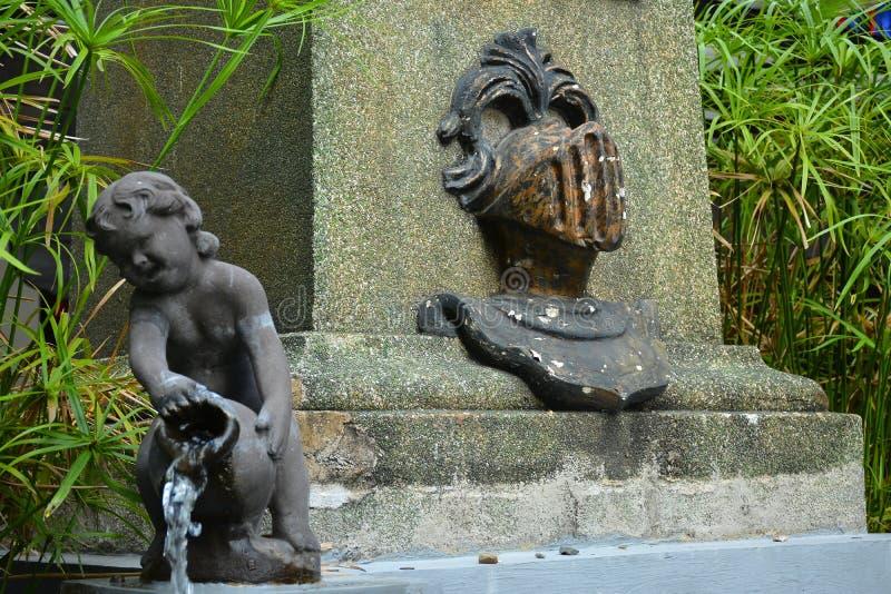 菲律宾马尼拉Colegio de San Juan Letran喷泉雕像 免版税库存照片