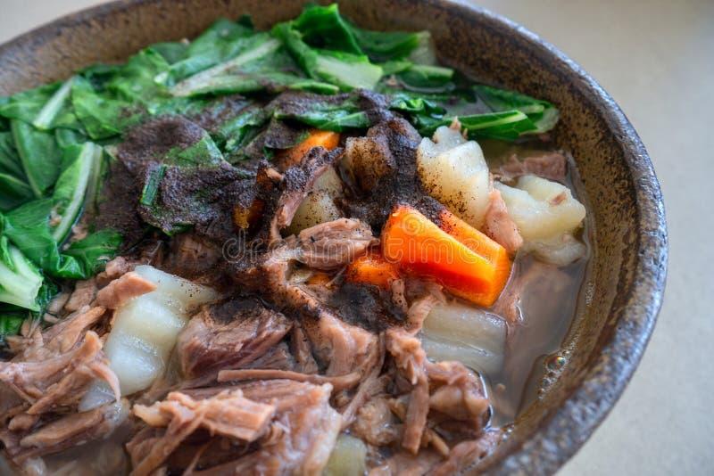 菲律宾,台湾或者中国地道传统盘:牛肉与菜的汤面,特写镜头 库存照片
