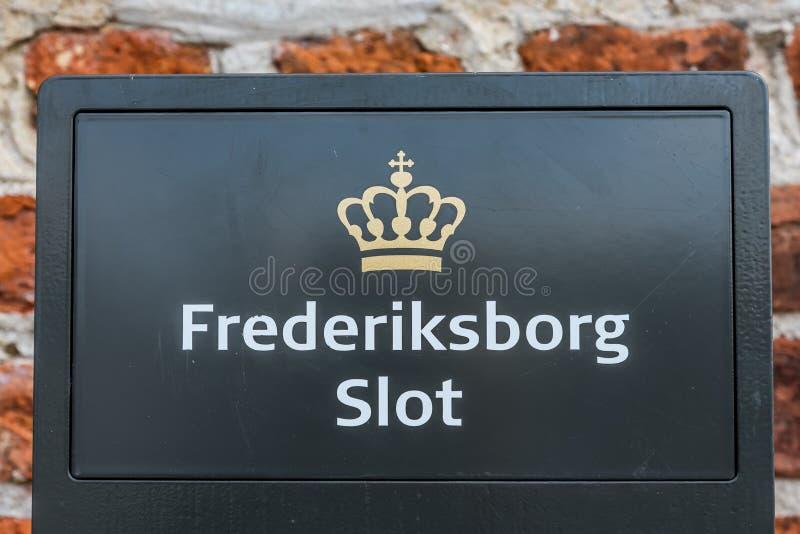 菲特列堡城堡、丹麦标志和皇家冠在入口 库存照片
