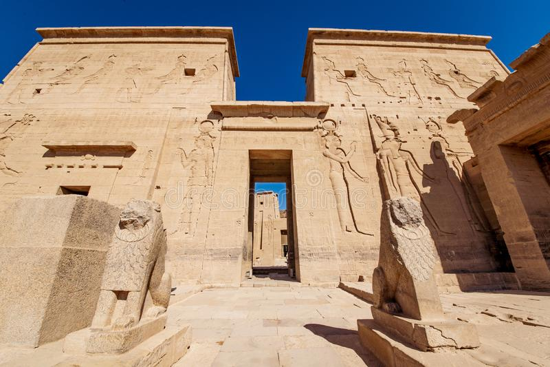 菲莱两个狮子雕象守卫的寺庙入口在埃及 免版税库存照片