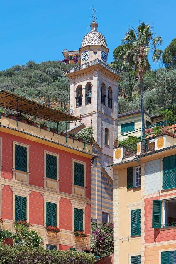 菲诺港典型的五颜六色的房子和Divo马蒂诺教堂钟耸立 免版税库存图片