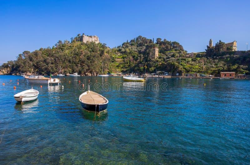 菲诺港港口,意大利渔村,热那亚省,意大利全景  有一个美丽如画的港口的旅游地方 免版税库存照片