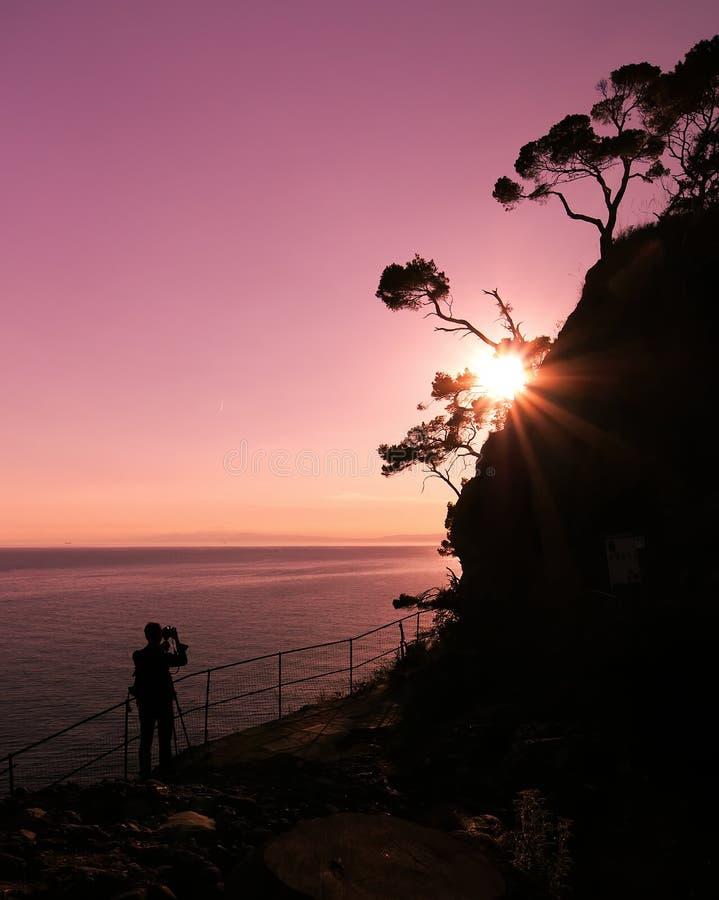 从菲诺港灯塔的日落-地平线和剪影 免版税图库摄影