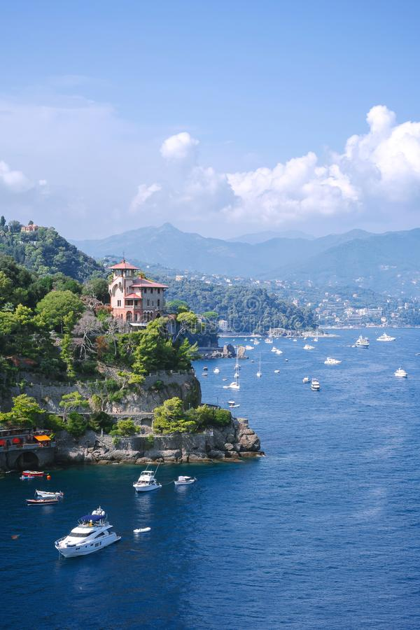 菲诺港,意大利-威严09日2018年:有五颜六色的房子和别墅的奥德罗菲诺港用水晶水在一点海湾港口 库存图片
