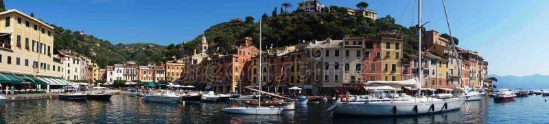 菲诺港,意大利- 2017年6月13日:菲诺港惊人的全景有五颜六色的房子的和别墅、豪华游艇和小船 免版税库存图片