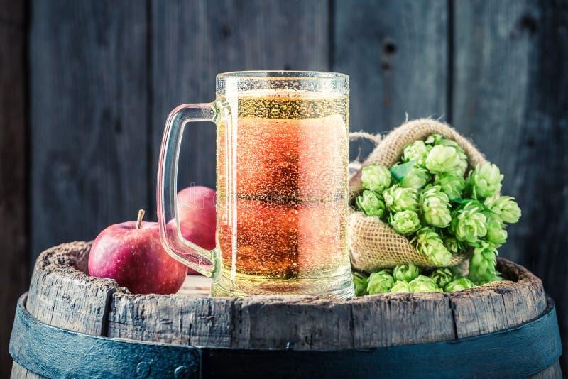 萍果汁啤酒特写镜头用苹果、蛇麻草和麦子 库存照片