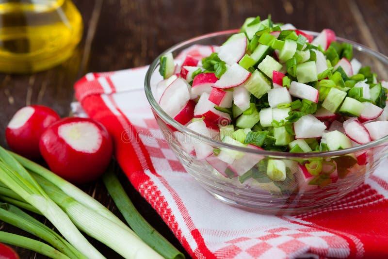 萝卜新鲜和简单的沙拉  库存图片