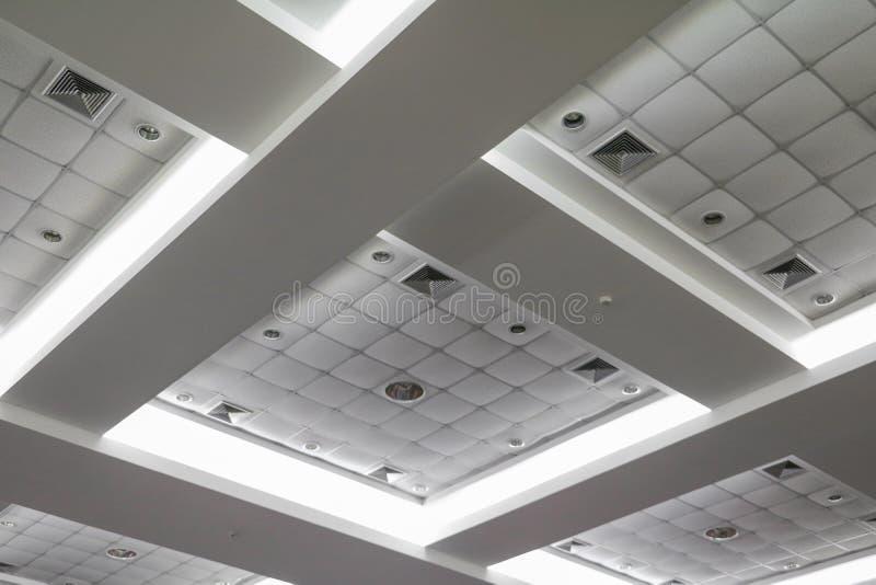 从营业所大厦天花板的轻的氖  库存图片