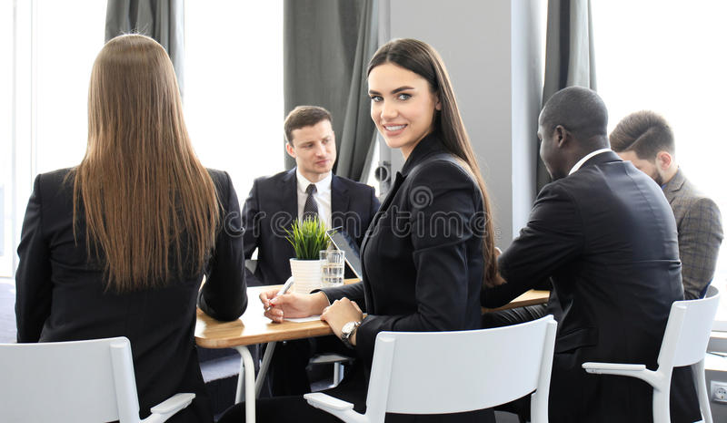营业所纵向妇女 在办公室微笑对照相机的妇女 免版税库存照片
