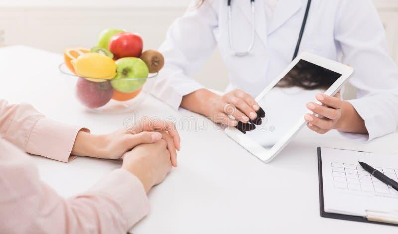 营养师女性医生为医学提供健康选择 免版税库存图片