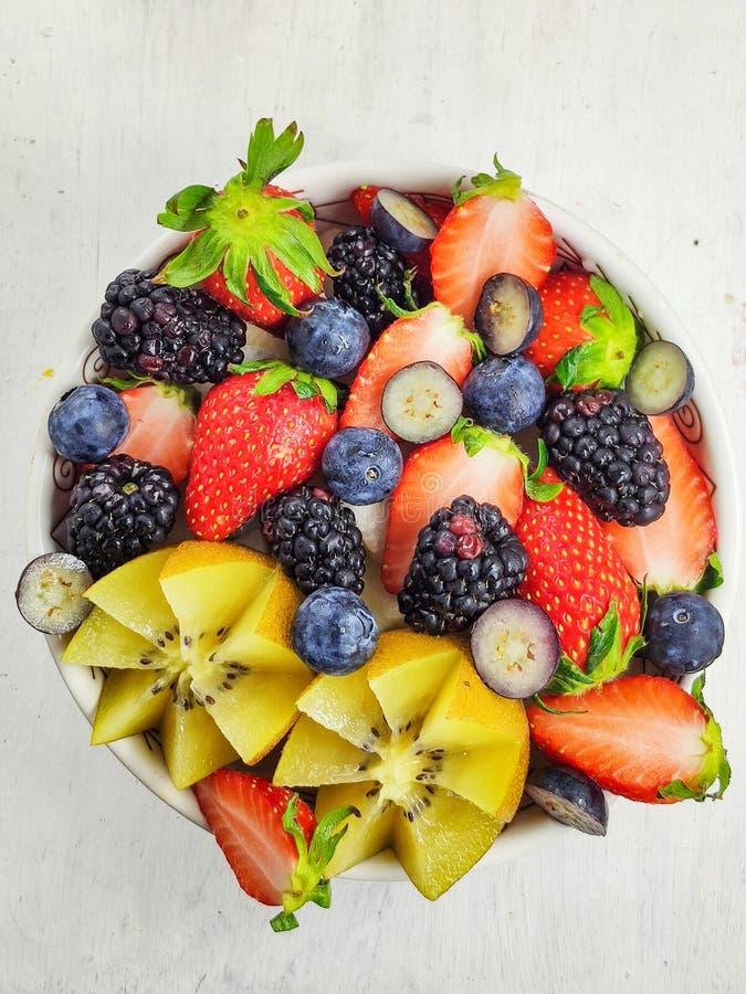 营养混杂的莓果/水果钵 图库摄影