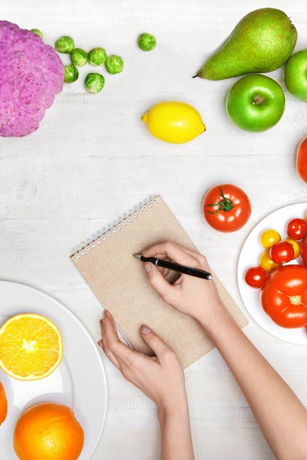 营养饮食食物 妇女文字在纸的产品规划 库存图片
