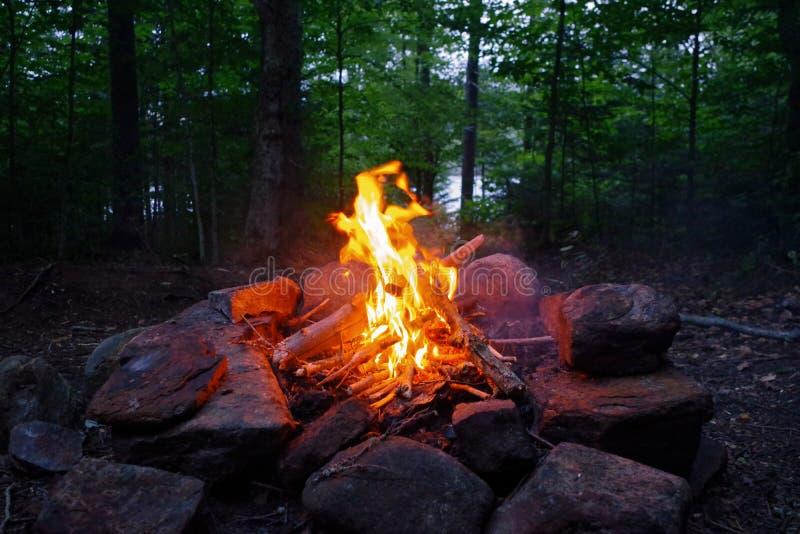营火在晚上在纽约上州阿第伦达克山脉  免版税库存照片