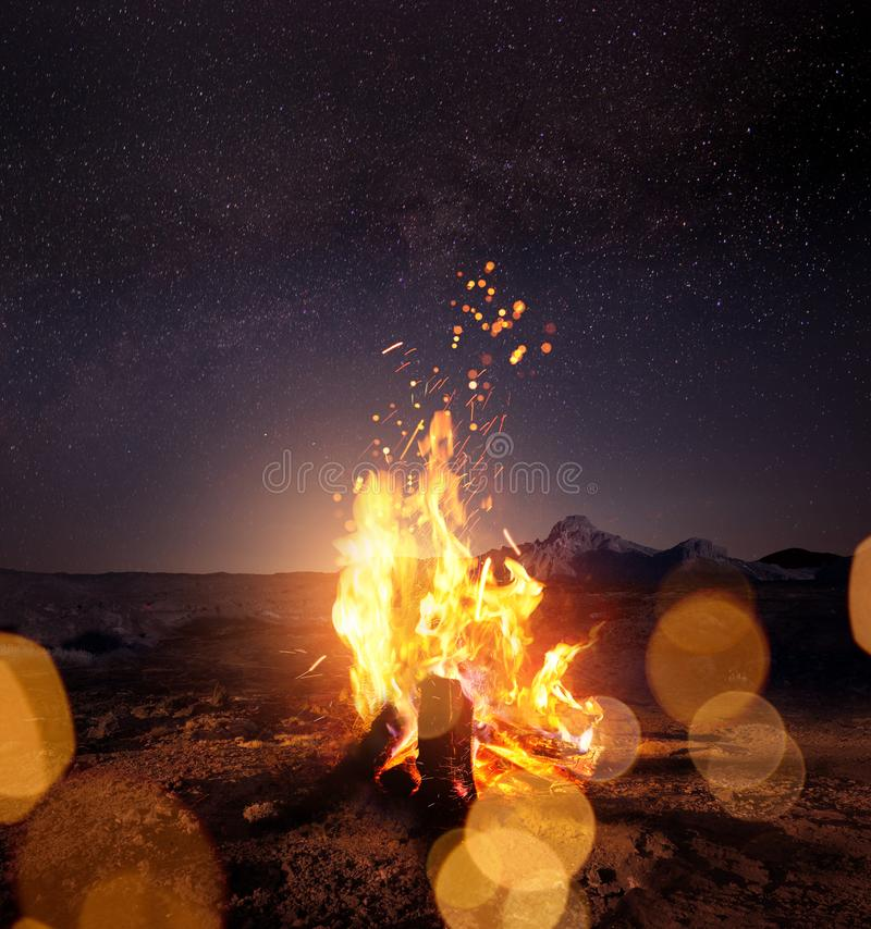 营火在观看星的晚上 库存照片