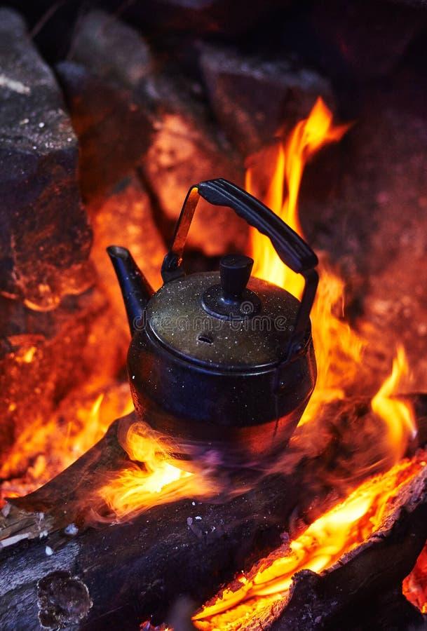 营火茶壶 库存图片