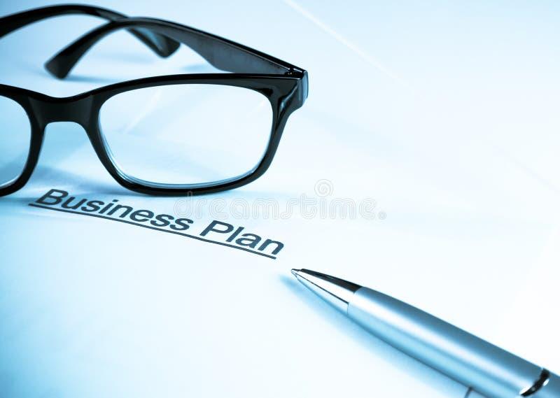 经营计划在玻璃和笔,企业概念附近措辞 免版税库存图片
