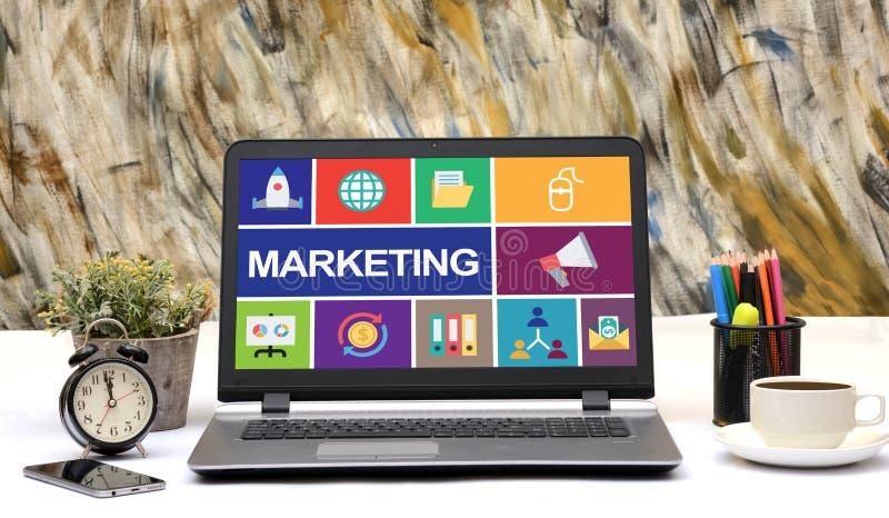 营销在膝上型计算机办公室桌上的概念象 免版税库存图片