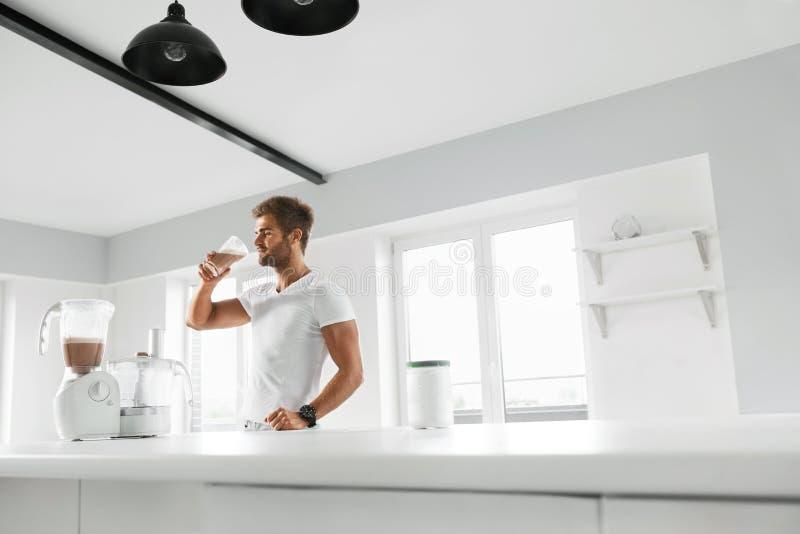 营养补充 在锻炼前的人饮用的蛋白质震动 免版税库存图片