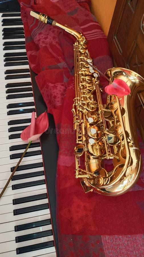 萨克斯管黄铜设备和钢琴音乐 免版税库存图片
