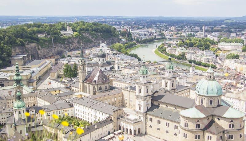 萨尔察赫河河和老城市的顶视图在萨尔茨堡的中心 库存图片