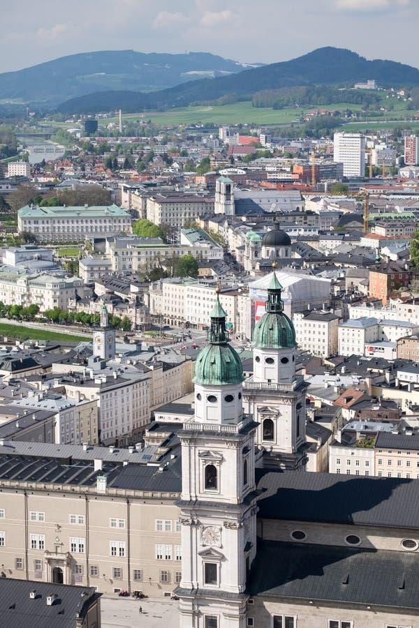 萨尔察赫河河和老城市的顶视图在萨尔茨堡,奥地利的中心,从堡垒的墙壁 免版税库存照片