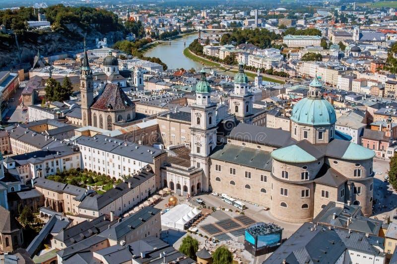 萨尔察赫河河和老城市的顶视图在萨尔茨堡,奥地利的中心,从堡垒Festung Hohensalzbur的墙壁 免版税库存照片