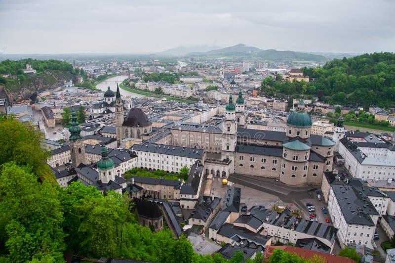 萨尔察赫河河和老城市的顶视图在萨尔茨堡,奥地利的中心,从堡垒的墙壁 图库摄影