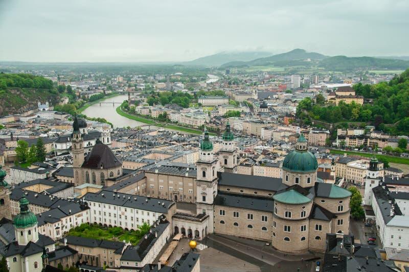 萨尔察赫河河和老城市的顶视图在萨尔茨堡,奥地利的中心,从堡垒的墙壁 库存照片