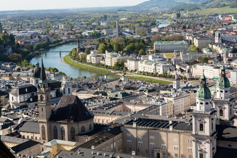 萨尔察赫河河和老城市的顶视图在萨尔茨堡,奥地利的中心 库存照片