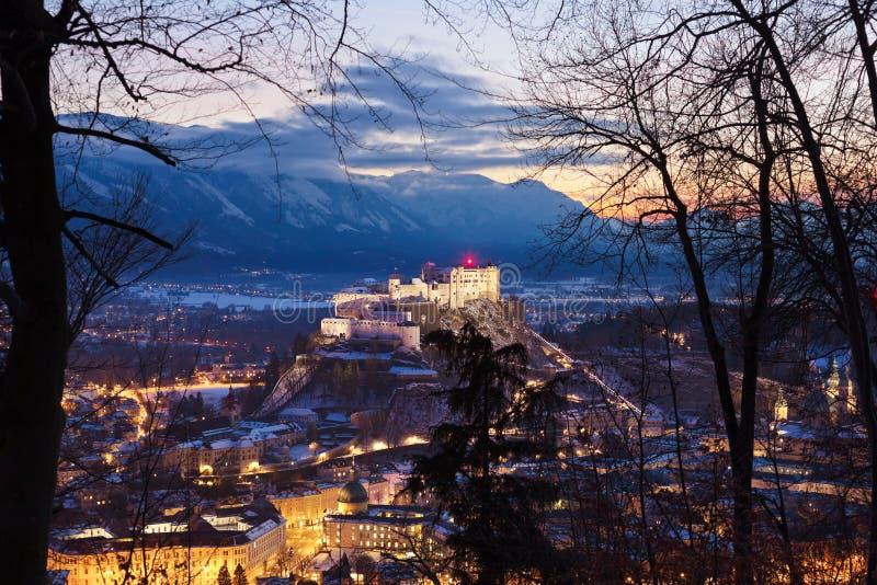 萨尔茨堡和城堡在日落-奥地利的Hohensalzburg 免版税库存图片