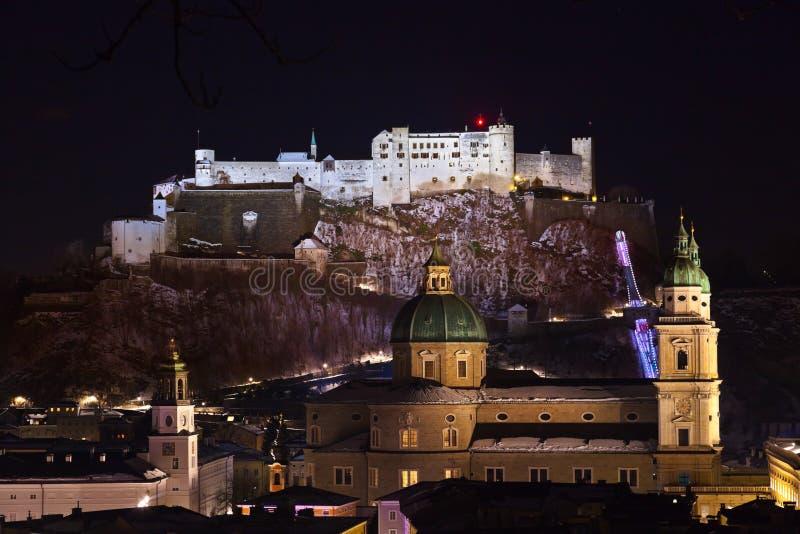 萨尔茨堡和城堡Hohensalzburg在晚上-奥地利 免版税库存照片