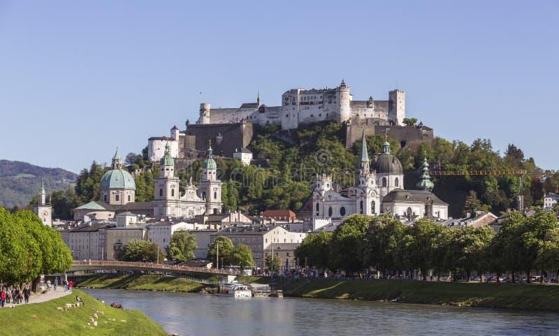 萨尔茨堡和堡垒Hohensalzburg老镇  免版税库存图片